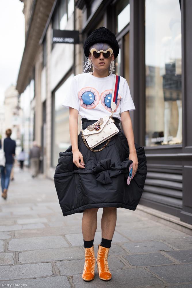 """""""Kabátszoknya"""" fehér pólóval Laurence Lin Párizsban."""