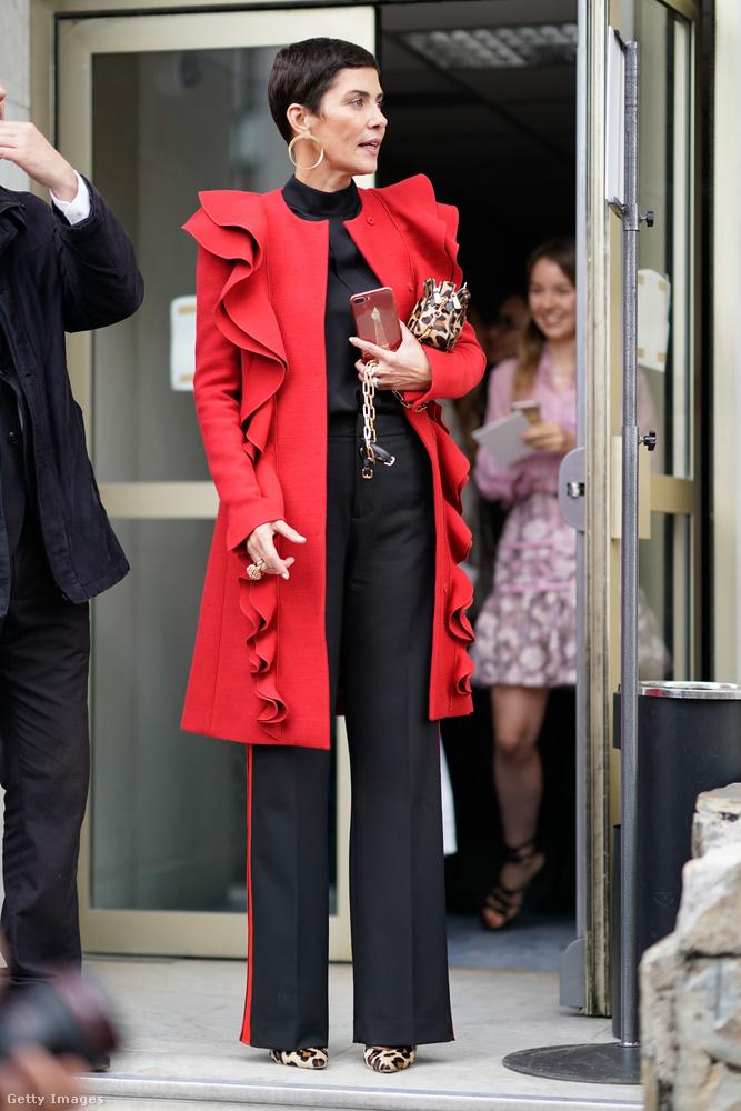 Feketével kombinált piros kabát Cristina Cordula arculati tanácsadón Párizsban.