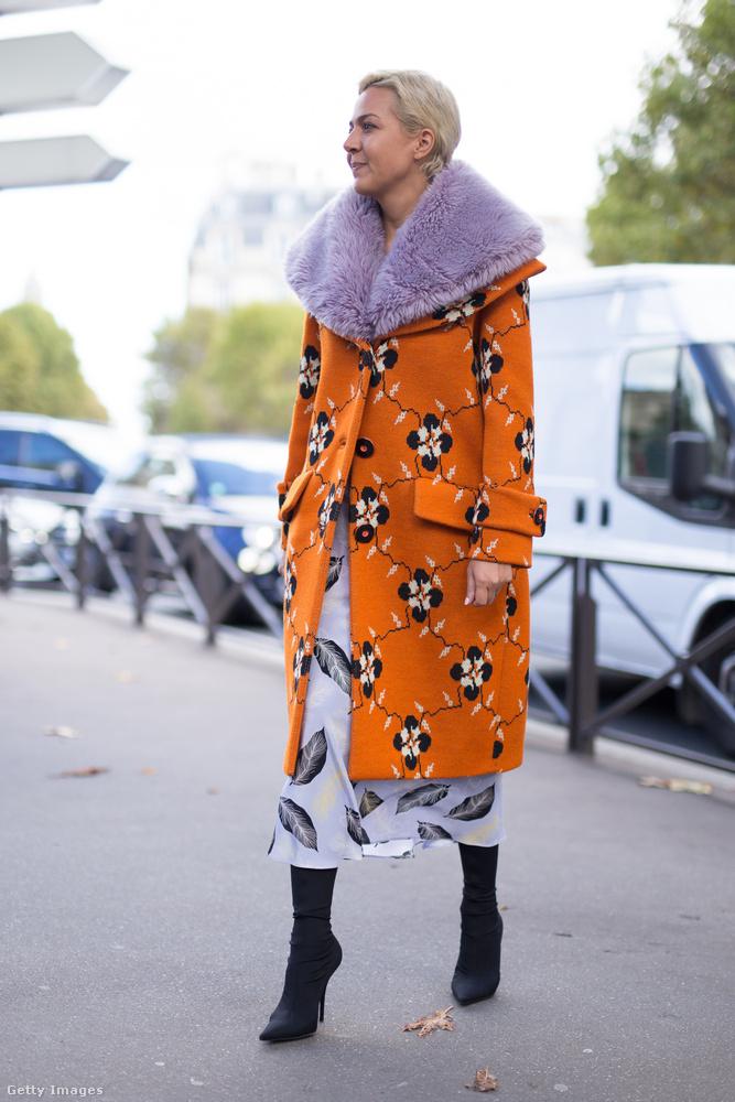 Világos lila szőrmegallérral kombinált sárga Miu Miu kabát Párizsban.