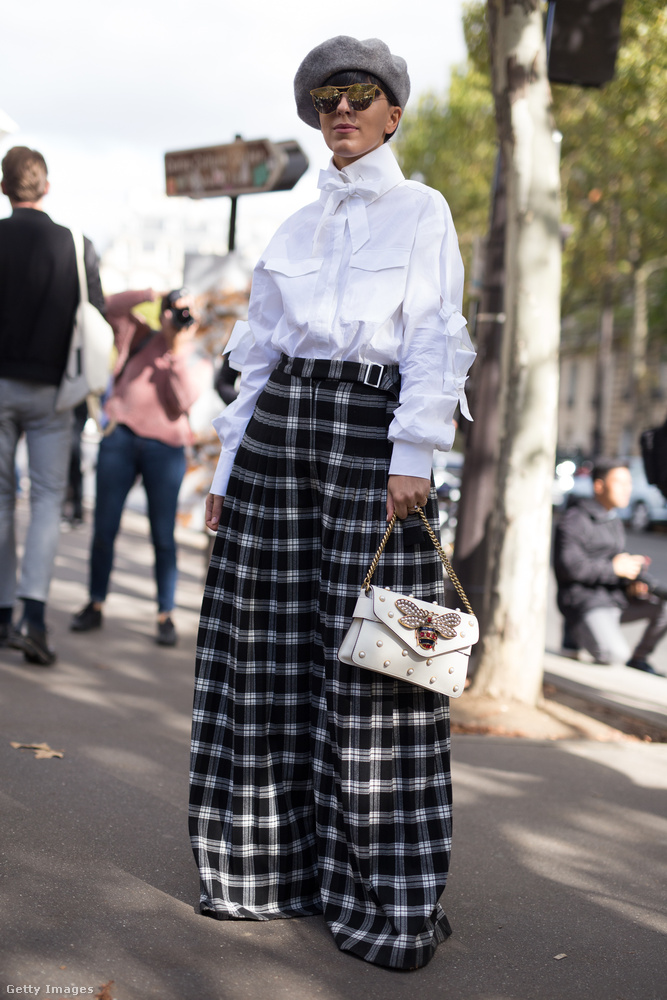 Kockás bő pantalló és elegáns blúz Párizsban.