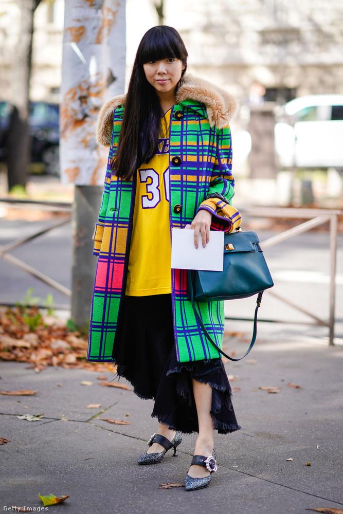 Sokan indultak el otthonról sportos pulóverben és színes kabátban.
