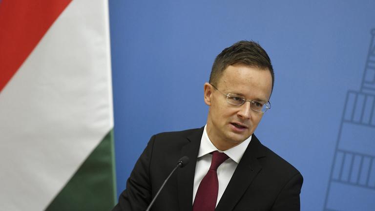 A Fidesz inkább nem beszélne a külképviseletek offshore-ozásáról