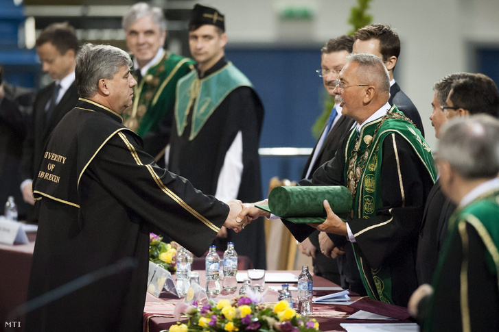 Mocsai Lajos a Testnevelési Egyetem rektora (b) átveszi Szilvássy Zoltán rektortól a Debreceni Egyetem díszdoktori címét az intézmény tanévnyitó ünnepségén a Fõnix Csarnokban 2015. szeptember 6-án.