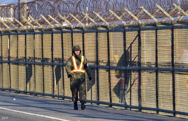 A két Koreát elválasztó kerítés a Keszong övezet határán