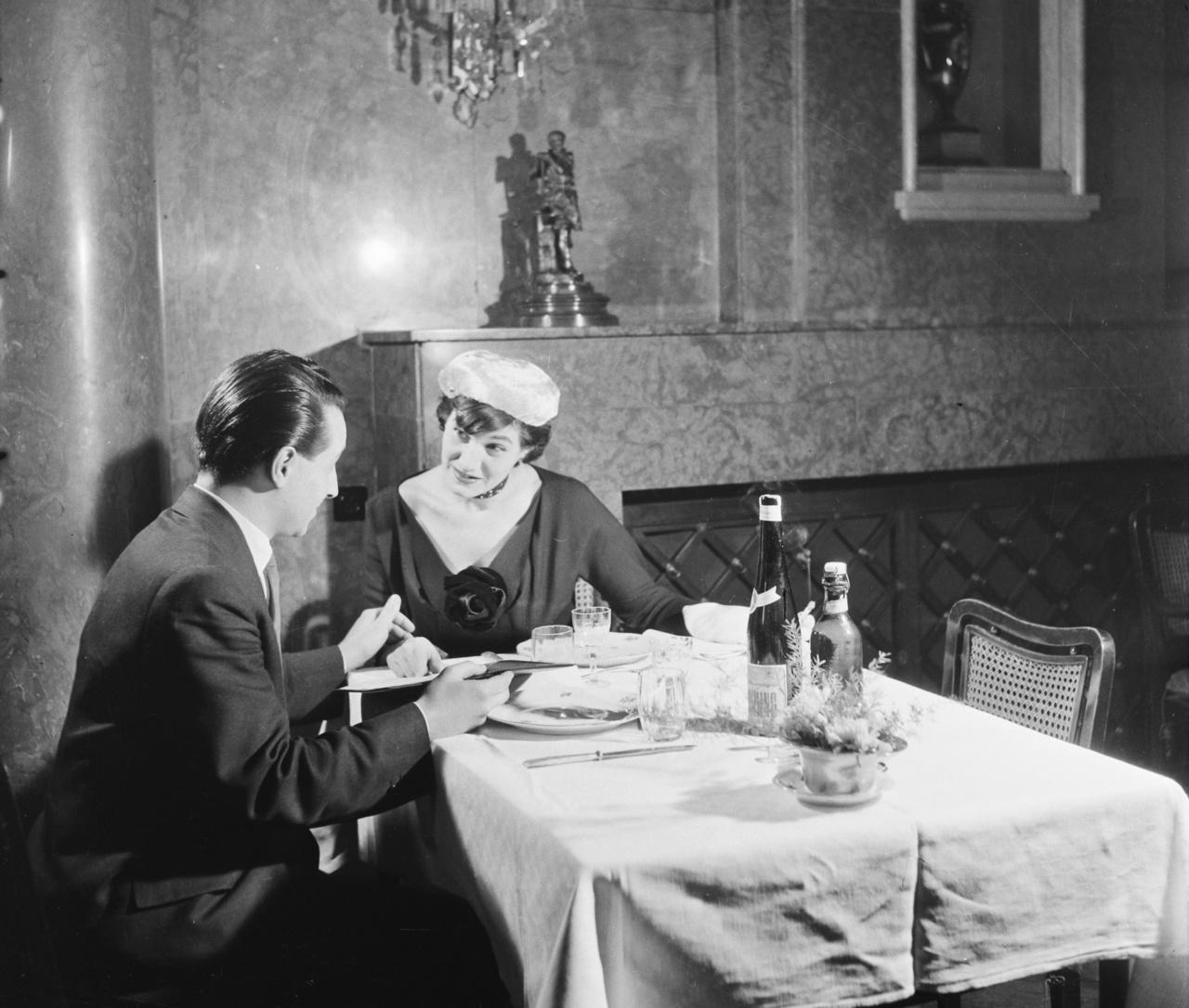 """1948. június 5-én volt a titokzatos esküvő. Szabó Magda tanúja Bóka László, Szobotkáé Devecseri Gábor volt.                              Gizike nem tudott semmiről, de Ágnes részletes beszámolót kapott. A nap átlagosan indult: """"Bejöttem hivatalba szabályosan nyolcra, tizenegykor hazamentem átöltözni, visszajöttem, dolgoztam tizenkettőig. Akkor kijött Bóka és azt mondta, hogy induljunk a jugoszláv fogadásra. Kollégáim fel se néztek."""" A ruha különleges volt: """"Ágnes, csodálatos volt!!!! Sötétkék ballonvászon kiskosztüm, fehér masnival, majdnem bokáig ér, teljesen sveifolt, seszlis, óriási fehér virágklipsz, piros nylontáska, piros szandál, magas, piros antilopkesztyű."""" A renitens tanukkal lefolyt esküvő a Gundelben ért véget: """"Csodálatos asztal, Ágnes, csodálatos ezüstökkel, porcelánokkal, kerek, nagy virágpompa és amit akarsz, persze, csodálatos ebéd is."""""""