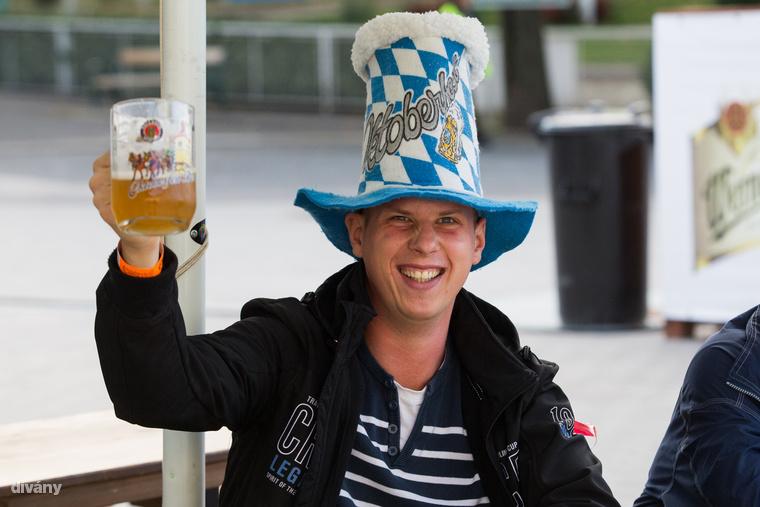A csütörtöki nyitás után kerestük fel a Kincsem Parkban megrendezett Oktoberfest Budapestet, hogy feltérképezzük a fesztivál sör- és kajakínálatát, de - főleg az utóbbi téren - nem egészen azt kaptuk, amire számítottunk.
