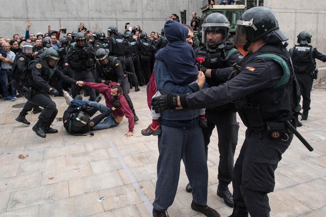 Spanyol rendőrök Barcelonában október 1-én, a referendum napján