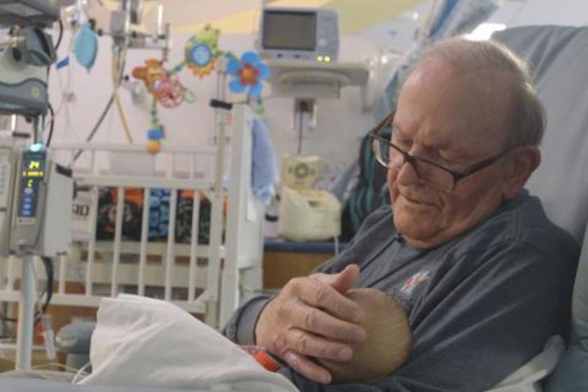 Nap mint nap bemegy, és dajkálja a babákat: szeretettel segít a nagypapa