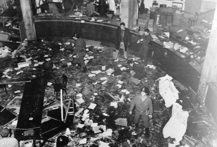 1969. december 12-én az Ordine Nuovo szélsőjobboldali szervezet 5 merényletet hajtott végre 53 percen belül, ebből a legsúlyosabb Milánóban a Piazza Fontanan történt: A Banca Nazionale dell'Agricoltura (Mezőgazdasági Nemzeti Bank) székházában robbantott bomba miatt 17-en meghaltak és 88-an sérültek meg.