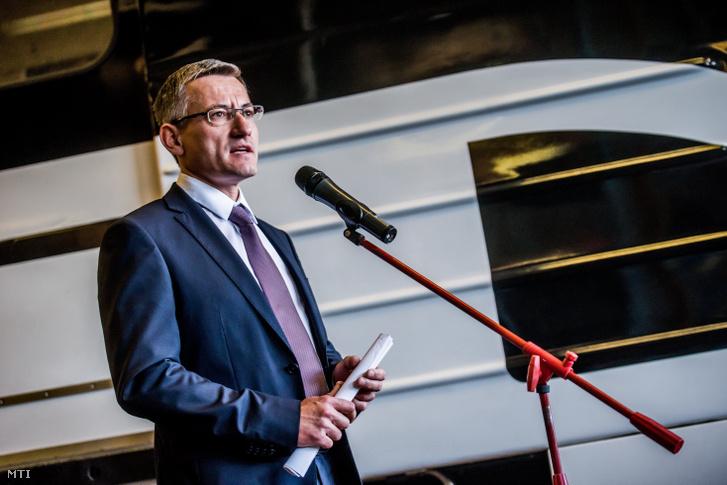 Bolla Tibor a BKV Zrt. elnök-vezérigazgatója a budapesti 3-as metróvonal első Oroszországban felújított metrószerelvényének bemutatóján