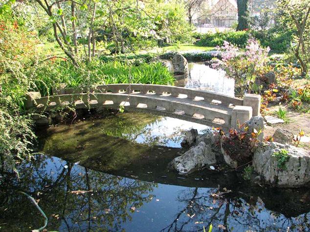 Szépen gondozott, látogatható Japánkert egy zuglói középiskola birodalmában is van, amit Varga Márton – az intézmény alapítója – tervezett és épített 1928–ban