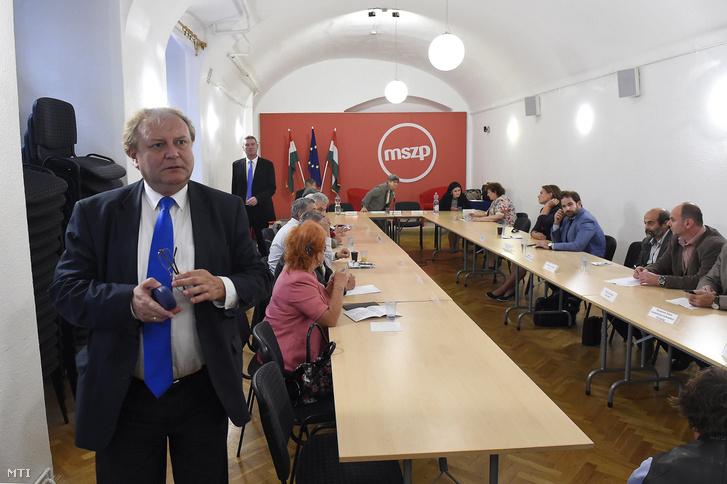 Hiller István az MSZP országos elnökségi tagja a közoktatásban érdekelt szakszervezetekkel és a legnagyobb civil szervezetekkel tartott konzultáció kezdete előtt Budapesten, az MSZP Piros Pont irodájában, 2017. szeptember 26-án.