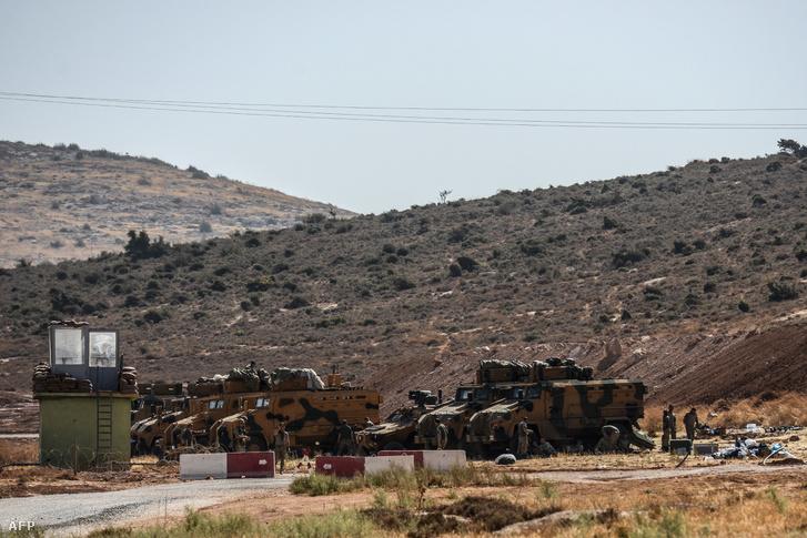 Török harckocsik a török-szír határon