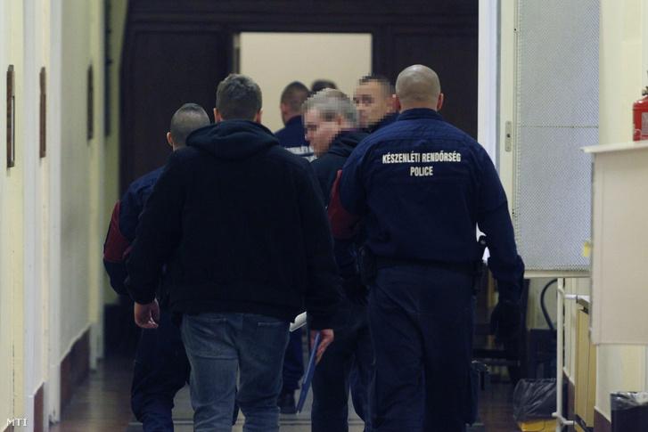 A Teréz körúti robbantás gyanúsítottját kísérik ki 2016. október 21-én a Budai Központi Kerületi Bíróság tárgyalóterméből