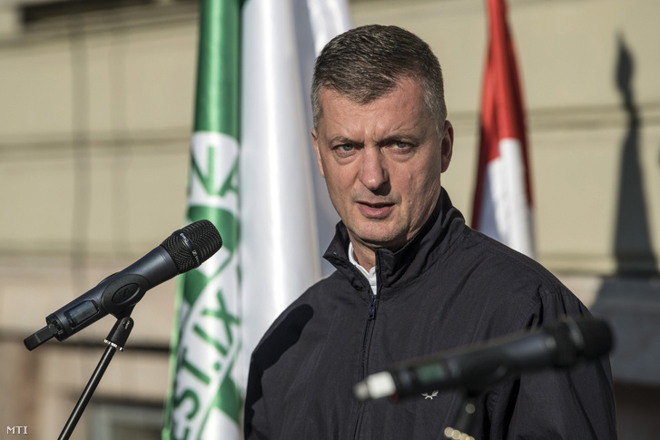 Kubatov Gábor, az FTC elnöke beszédet mond Springer Ferenc, az FTC alapítója emléktáblájának avatásán Budapesten, a Hőgyes utcában 2017. május 10-én.