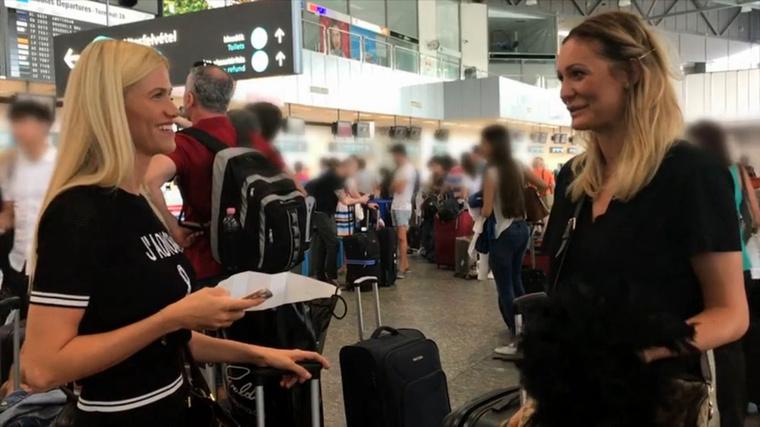 A reptéren Vivien és Dalma gyülekeznek, előbbi nagyon kíváncsi, hogy