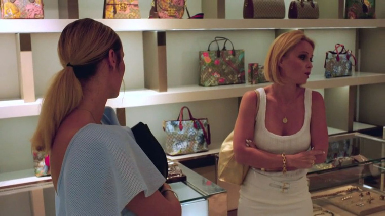 A mulatság, átöltözés után, a Gucci-boltban Gucci-táskát vesz, Babett meg azon hőzöng, hogy neki semmi se tetszik, és állandóan Vivienre kell várni, mert ő úgyse dolgozik, megszokta, hogy lassan vásárol.A dolog eljut Vivienhez, aki szóvá teszi, hogya Babett, aki csipkeruhában jár, leszólja a guccit?Aki érti az összefüggést, jelentkezzen!
