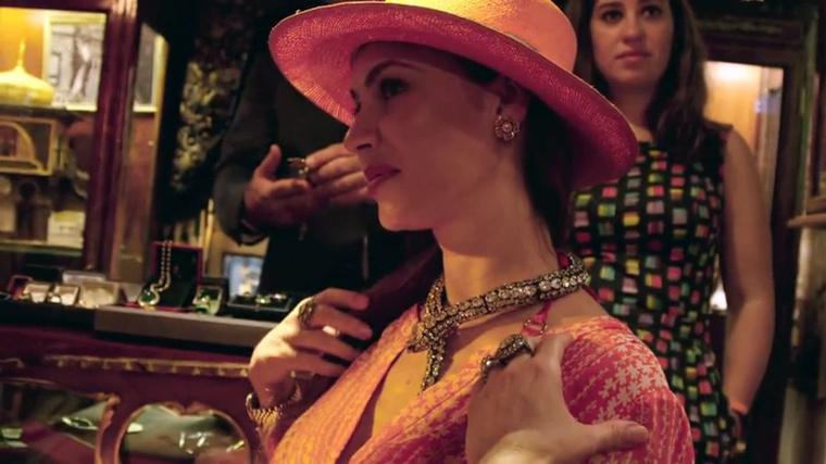 Mindeközben a Szultánák Gyémántboltjában Bogi arról érdeklődik Vivientől, nem bánja-e, hogy olyan kicsi gyémánttal kérték meg a kezét