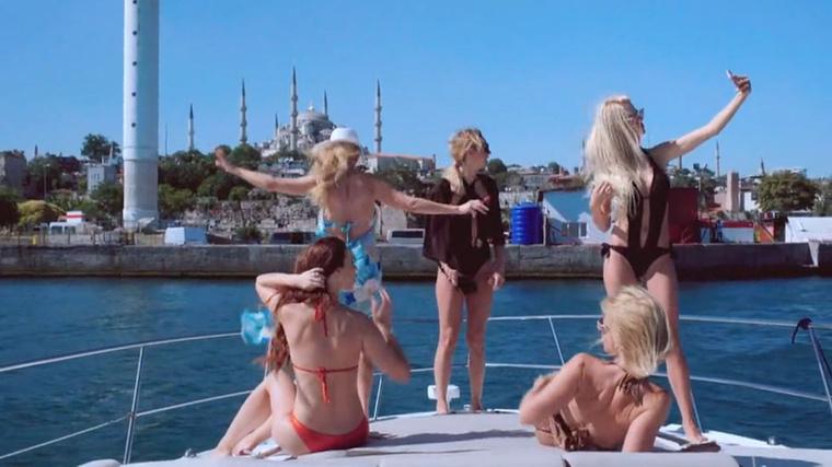 Na, Csősz ezért várta, hogydobálják be a drága táskáikat mert nemcsak a hajó jobb oldalát intézzük el.