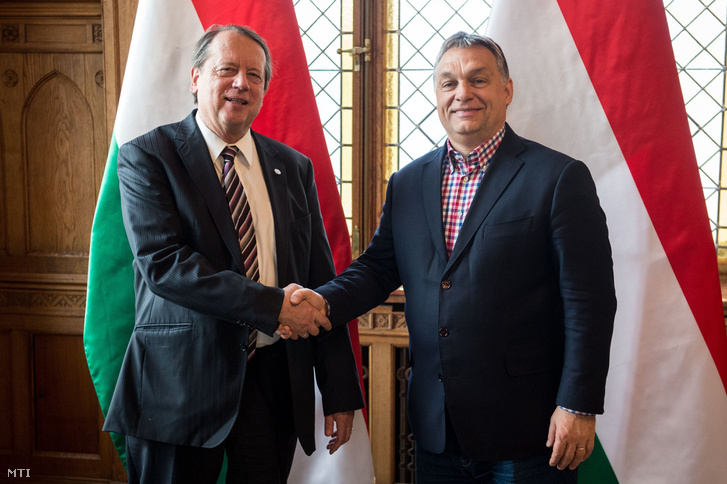 A Miniszterelnöki Sajtóiroda által közreadott képen Orbán Viktor miniszterelnök fogadja Gáncs Pétert, a Magyarországi Evangélikus Egyház elnök-püspökét az Országházban 2016. december 10-én