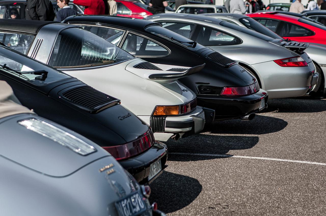 A Porsche-fanoknak kijutott a jóból: saccra minden tizedik méteren volt egy stuttgarti farmotoros. Ez véletlenül se pejoratív, ugyanis kétlem, hogy létezik olyan tisztességes autórajongó, aki nem elgyengülő térdekkel nézne egy 964 Turbót vagy egy tökéletesre restaurált 356 kabriót.