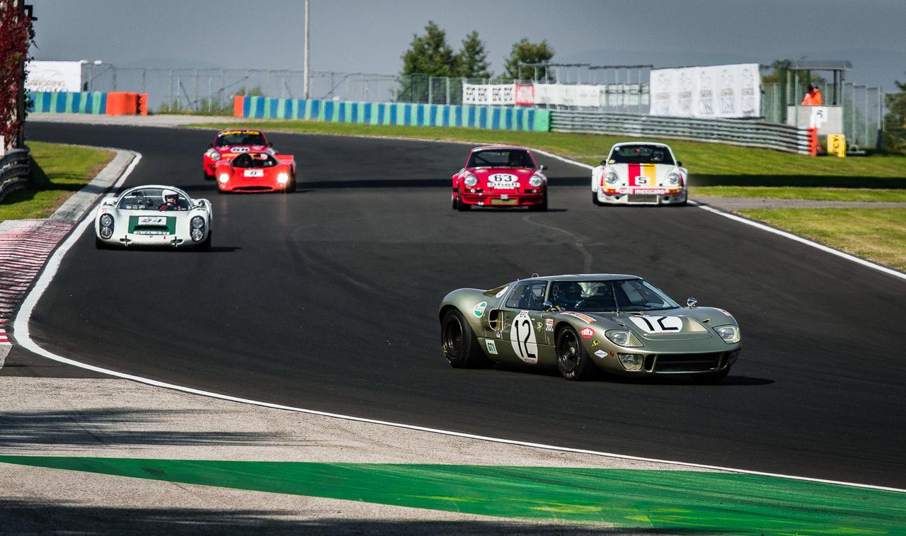 Az autó, ami a magasságáról kapta a nevét: a Ford GT40 nevében azért szerepel a 40-es szám, mert 40 inch, azaz körülbelül egy méter magas. Nem mellesleg a hatvanas években egymás után négyszer húzta be a Le Mans-i dobogó legfelső fokát a típus.