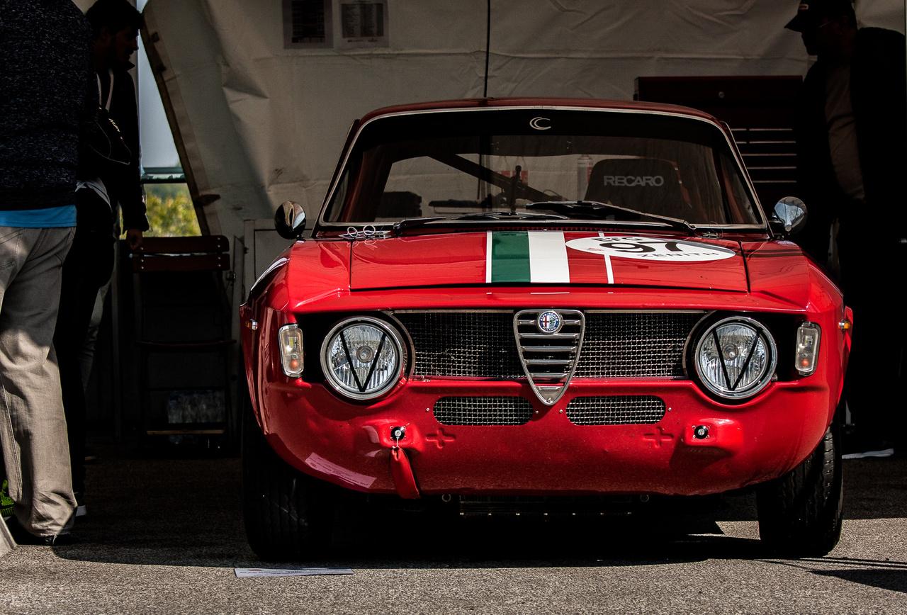 Biztosan látott már durva csatákat ez a pazar Giulia Sprint GTA is. A géptető kicsit eláll középen és a köténylemezt is látta már lakatos. Szerintem ez csak sokkal karakteresebbé teszi, látszik rajta, hogy harcolt, megsérült, de büszkén viseli a sérüléseit és a mai napig kitartóan küzd.