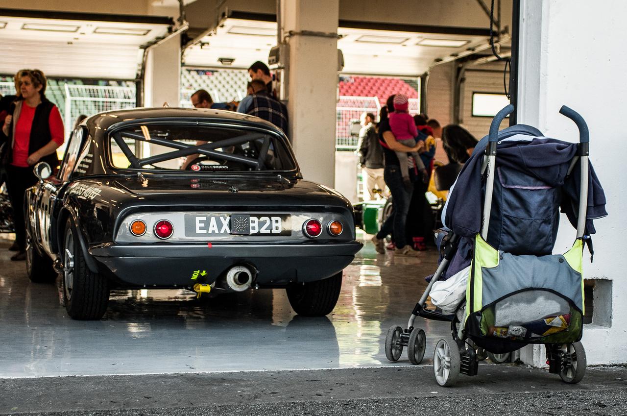 A kor nem számít: 1963-as Lotus Elan a boxban, és egy hozzávetőleg 2015-ös fiatal autórajongó első járműve a box előtt.