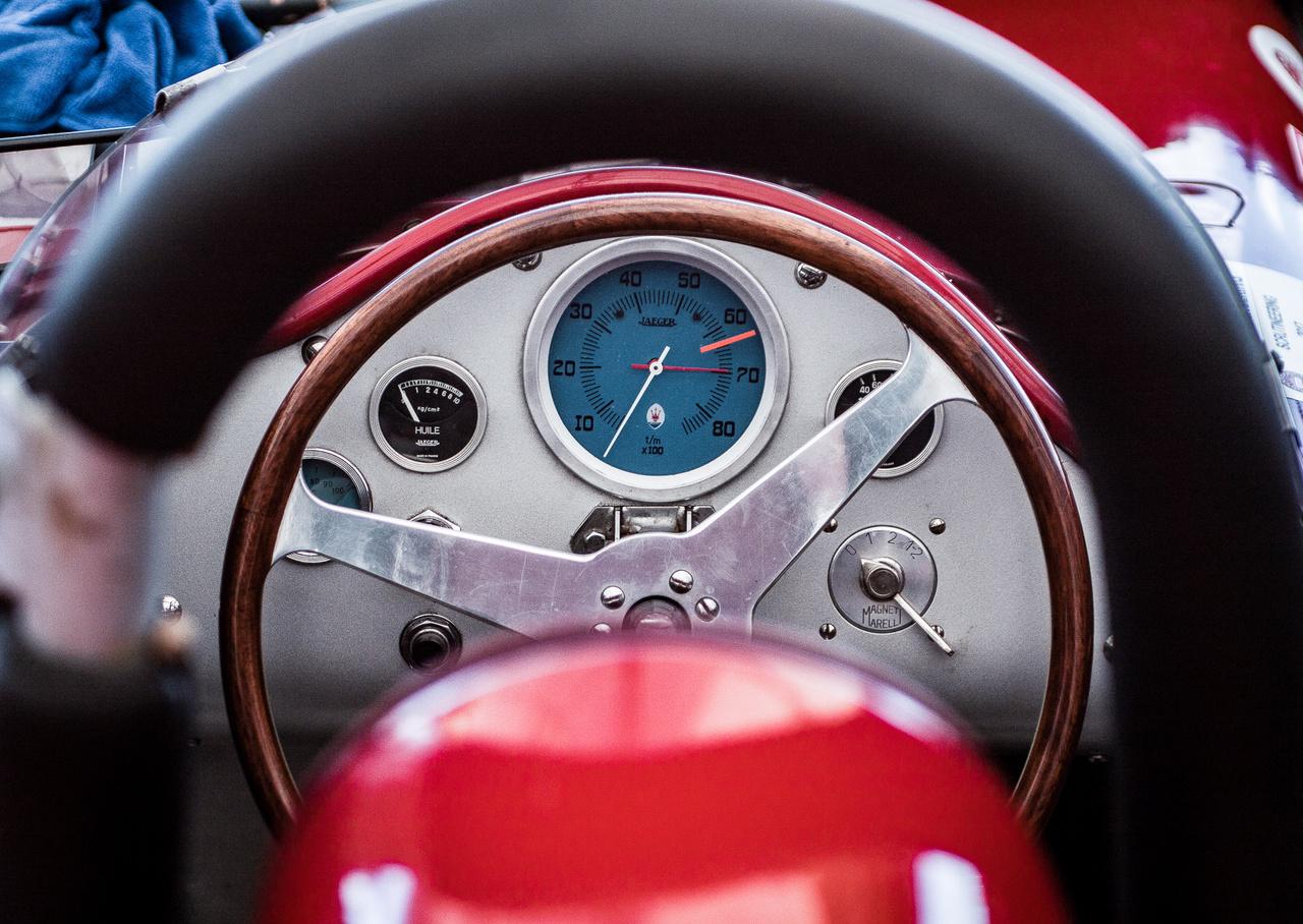 Célszerű 1955-ös cockpit, a Maserati 300S sajátja. Ilyen és ehhez hasonló belsőkben küzdöttek a múlt gladiátorai az ergonómia és a túlszabályozás kora előtt. Akkora vérre menő küzdelem itt már nem volt kilátásban, de a feeling maradt a régi.