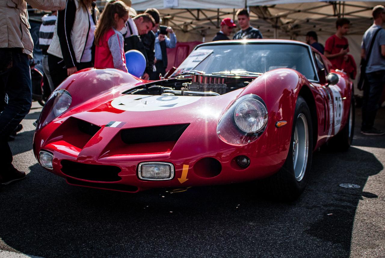 Ha valaminek, akkor ennek tényleg a múzeumban lenne a helye. A Ferrari 250 'Breadvan'-ből ez az egy darab létezik kerek e világon, az értéke pedig a hatmilliárd forintot karcolja. Pont ezért legyünk mégis hálásak mindennek és mindenkinek, hogy mégsem a legracionálisabb helyen pihentetik ezt a csodát, hanem elhozták ide és az utolsó lóerőmorzsákat is kipréselték a csodás hangú V12-eséből.