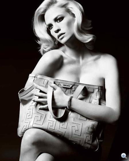 A Versace kiegészítők reklámjában Jones egy táskát ölelget