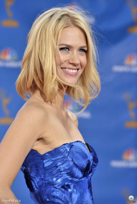 Kékben, kék háttér előtt az Emmy-kiosztón