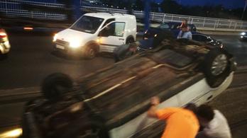Fejre állt egy autó az Árpád hídon
