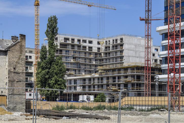A VIII. kerület Szigony utca, Leonardo da Vinci utca közötti telken, a Corvin sétány további fejlesztése készül. (2017. július)