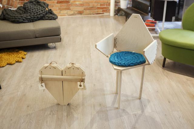 Ilyen csinos, szív formájú három lábú széket készítettünk a Sezlonban.