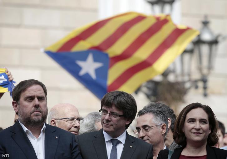 Oriol Junqueras katalán alelnök Carles Puigdemont katalán elnök és Ada Colau barcelonai polgármester