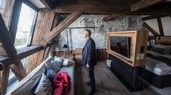 99 ezer egy szoba ára abban az épületben, amit 126 ezerért bérel Zsidai Roy az önkormányzattól