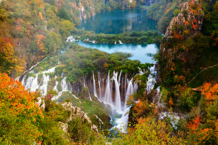 Az erdei utat végig vízesések kísérik. A 20 méter magas Labudovac mögé, akár besétálhatsz, míg lejjebb Horvátország legnagyobbja, a monumentális, 78 méteres Nagy-vízesés vár.