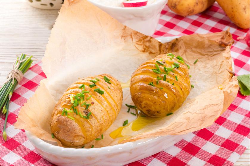 Milyen egyszerű és fantasztikus ötlet! Vagdald be a krumplit, fűszerezd tetszés szerint, és süsd meg a sütőben. A Hasselback- vagy harmonikakrumpli az egész világon hódít.