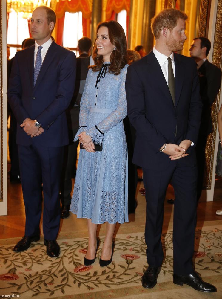 Ezzel a jellegzetesen feszengősbrit képpel búcsúzunk most (igen, Harry herceg is ott volt!) a rojáloktól, a viszontlátásra!