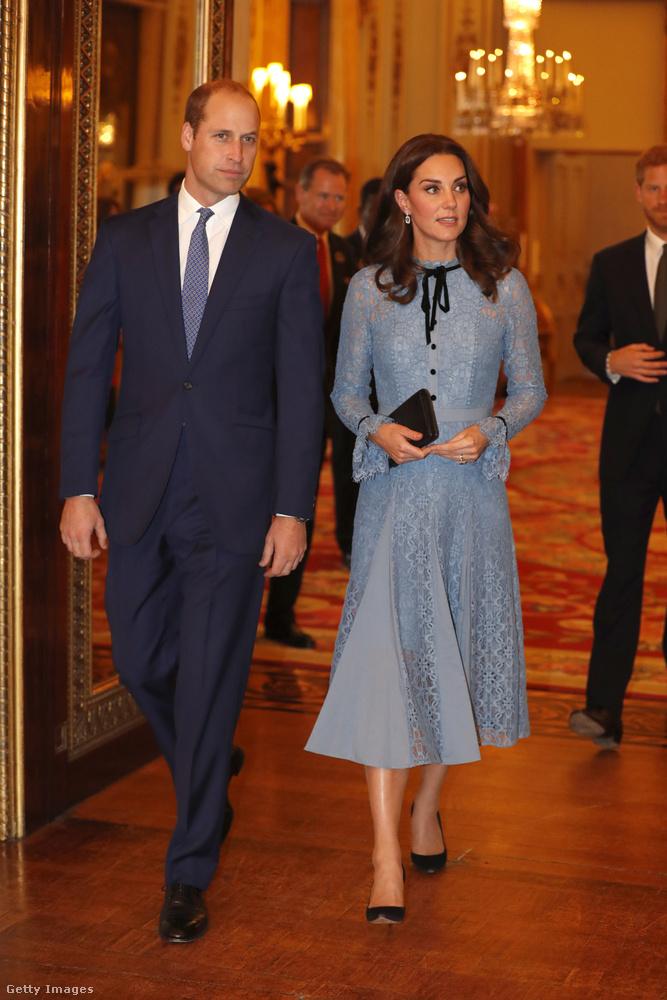 Katalin hercegnét egy ideje nem láttuk nyilvánosan, mert harmadik gyerekét várja, és emiatt ismét vészes terhességi rosszullétek gyötrik - ami valószínűleg még neki sem áll jól.