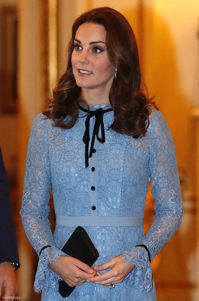 A hercegné egyébként hozta a szokásos, bájos megjelenését,