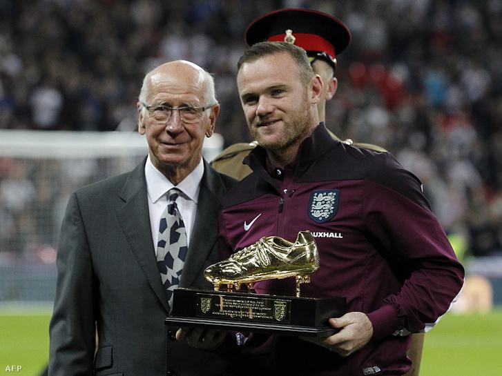 Bobby Chartlon adta át a rekordját megdöntő Wayne Rooney-nak a legtöbb angol válogatott gólért járó emlékdíjat