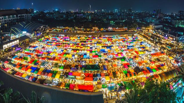 A helyi piacokat sem szabad kihagyni sosem a látogatásból! Pláne az olyanokat, mint amilyenek az éjszakai thai piacok
