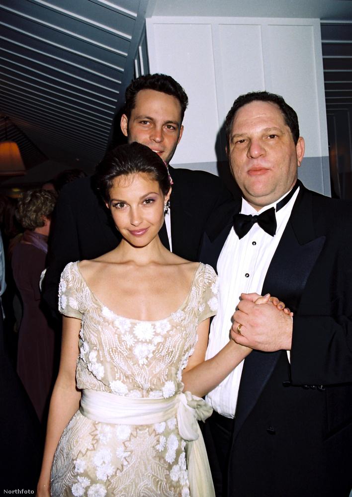 Ashley Judd esetéről a New York Times írt, Weinstein tőle először masszázst kért, majd miután a nő ezt egyértelműen visszautasította, megkérte, hogy segítsen neki ruhát választani aznapra, de legalább nézze meg, ahogy zuhanyzik.Judd volt az egyik első áldozata, aki a nyilvánosság előtt mondta el, mi történt.
