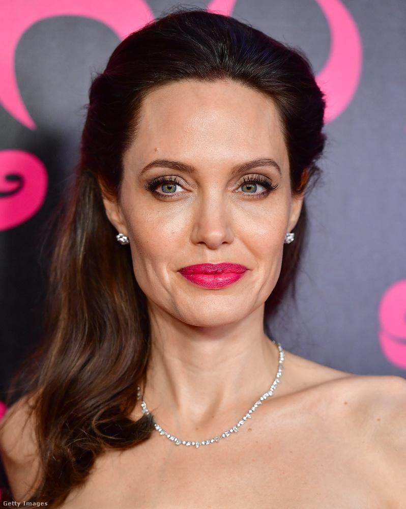 Angelina Jolie-t ugyancsak egy szállodai szobában környékezte meg