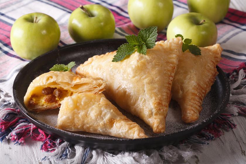 Ropogós fahéjas-almás háromszögek - Egyszerű, gyors édesség leveles tésztából