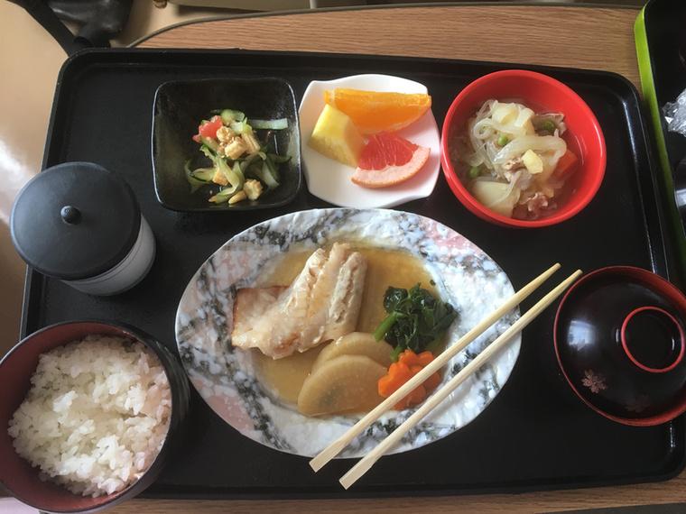Hal - elfelejtette a nevét a posztoló - hús és krumpli, zöldségek, uborkás bébikukoricás saláta, miso leves, rizs, zöld tea