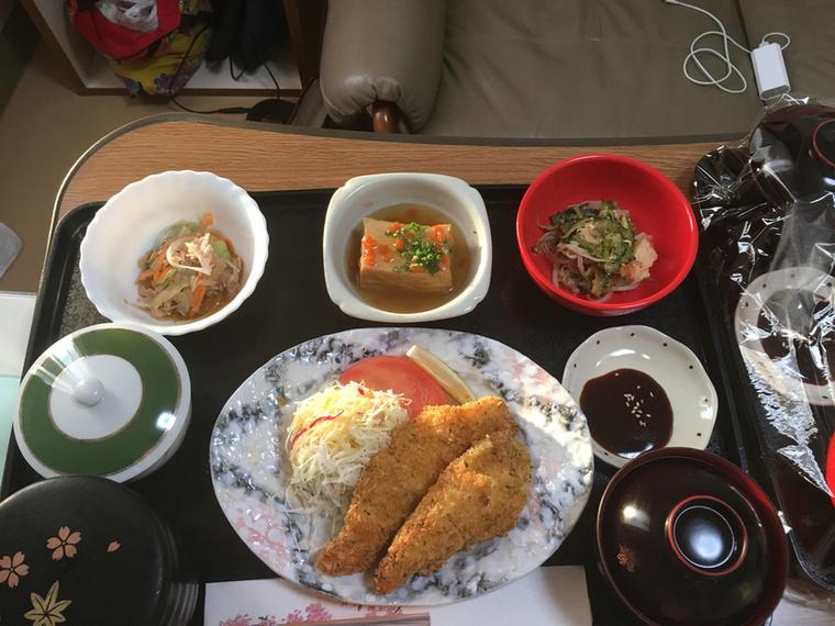 Rántott csirke káposztasalátával (Ezek szerint nem csak a magyar szülészeteken adnak káposztát a frissen szült mamáknak), keserű dinnye pirítva, répasaláta, rizs, misoleves és agedashi tofu