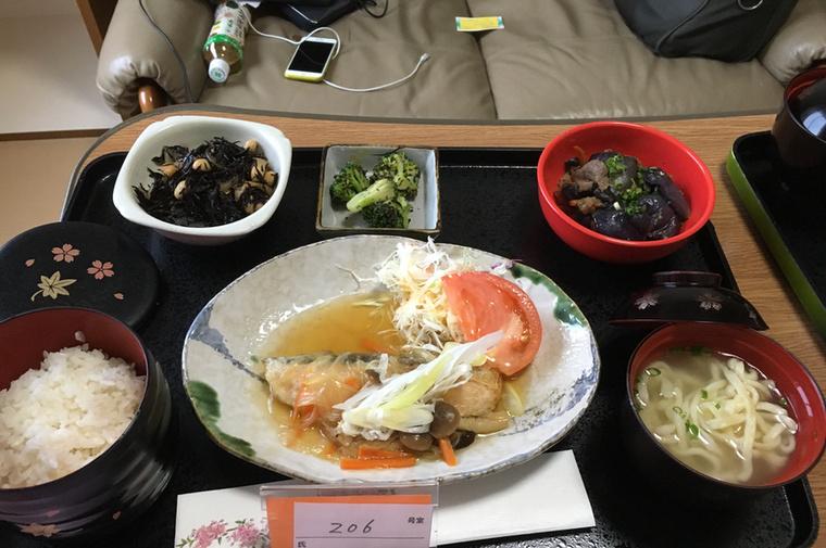 Lazac gombaszósszal, tészta, rizs, marhahúsos padlizsán, brokkoli, saláta